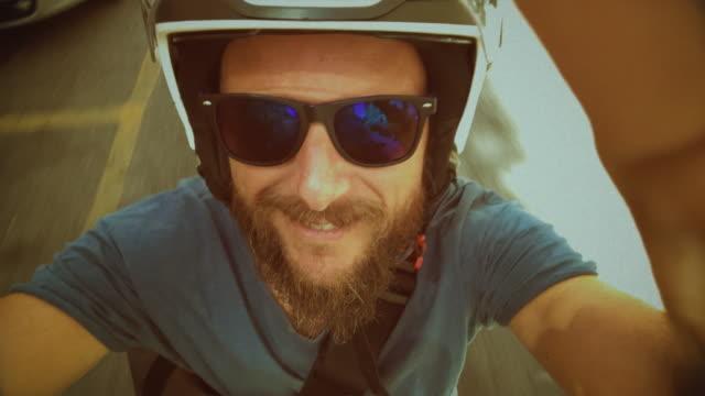 stockvideo's en b-roll-footage met op de scooter motor in rome: passagiers zicht - zelfportret fotograferen