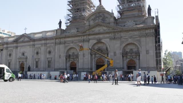 vídeos y material grabado en eventos de stock de on the sunny plaza de armes with the metropolitan cathedral in construction and people walking around - catedral