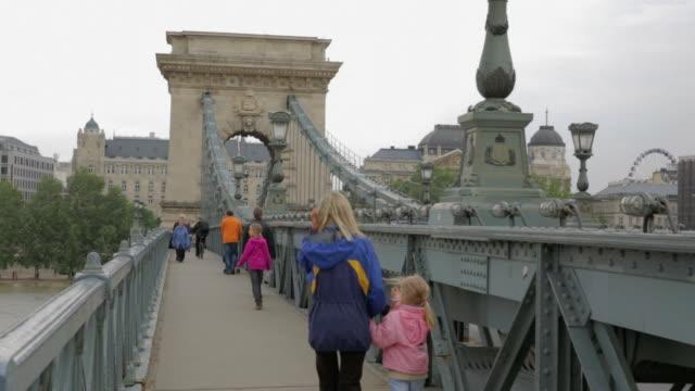 on the szã©chenyi chain bridge, facing east - ponte con catene ponte sospeso video stock e b–roll
