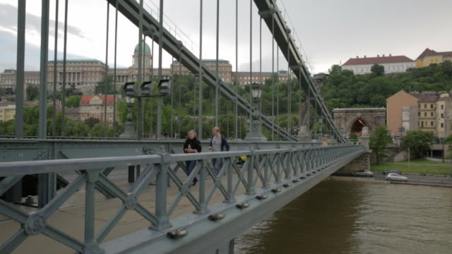 stockvideo's en b-roll-footage met on the szã©chenyi chain bridge, facing west - chain bridge suspension bridge