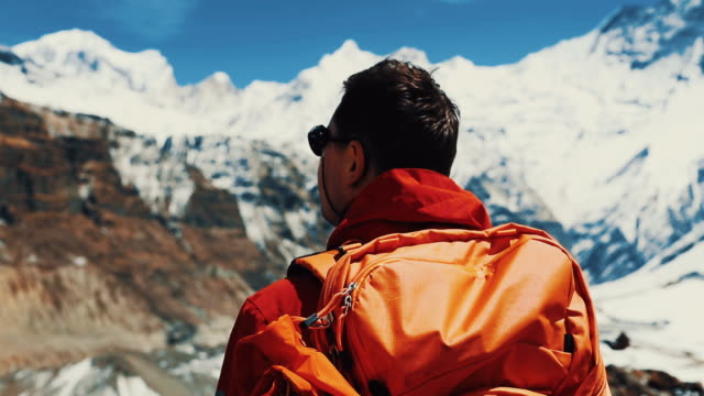 stockvideo's en b-roll-footage met op de top van de wereld - mount everest