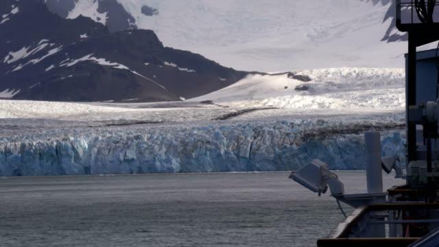 vidéos et rushes de au sommet d'un navire avec une vue antartica - île de la géorgie du sud