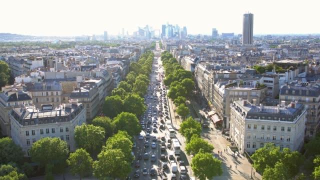 vidéos et rushes de au sommet de l'arc de triomphe, regardant vers le bas le trafic - circulation routière