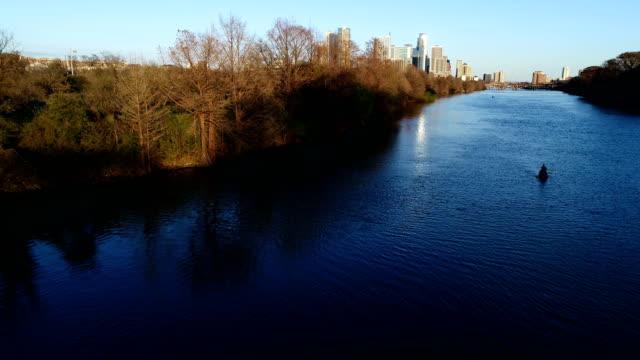 vídeos de stock e filmes b-roll de on town lake deep blue waters and urban golden sunset along the rivers edge in austin , texas , usa - town