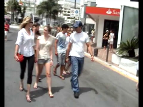 vídeos de stock, filmes e b-roll de on vacation in marbella antonio banderas melanie griffith their daughter estella del carmen andsome friends go for shopping and have lunch in... - melanie griffith