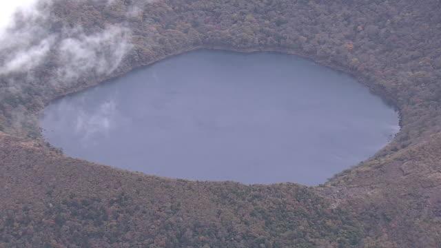 vídeos y material grabado en eventos de stock de aerial, onami-ike, crater lake in mt kirishima, japan - parque nacional crater lake