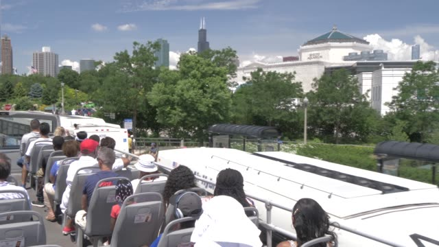 onboard open top bus shot of city streets of chicago including shedd aquarium, chicago, illinois, united states of america, north america - dubbeldäckarbuss bildbanksvideor och videomaterial från bakom kulisserna
