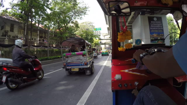 onboard tuk-tuk on streets of bangkok, bangkok, thailand, southeast asia, asia - thailand stock-videos und b-roll-filmmaterial