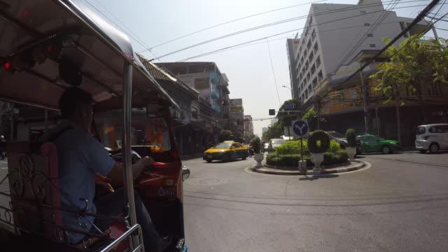 vídeos de stock, filmes e b-roll de onboard tuk-tuk on streets of bangkok, bangkok, thailand, southeast asia, asia - plano americano