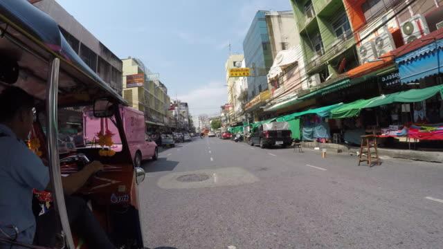 onboard tuk-tuk on streets of bangkok, bangkok, thailand, southeast asia, asia - thailändische kultur stock-videos und b-roll-filmmaterial