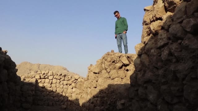 once buzzing archeological dig site some 330 kilometres northwest of baghdad has fallen silent as foreign experts packed up and left last week to... - digging stock videos & royalty-free footage