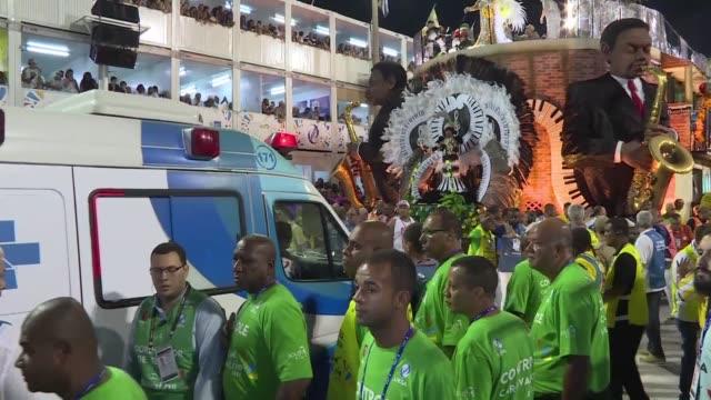 Once personas resultaron heridas el martes dos de ellas de gravedad en los desfiles de carnaval de Rio de Janeiro al desplomarse la parte superior de...