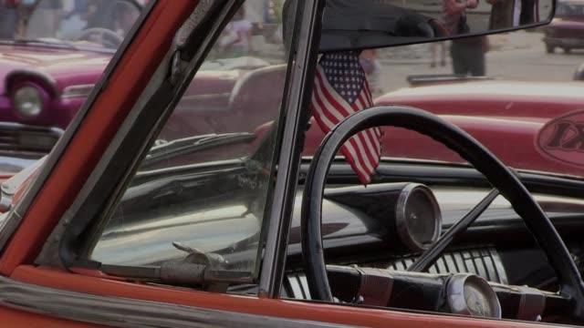 vídeos y material grabado en eventos de stock de ondeando y luciendo los colores de la bandera estadounidense los cubanos manifiestan sus expectativas ante la visita del presidente barack obama a la... - ee.uu