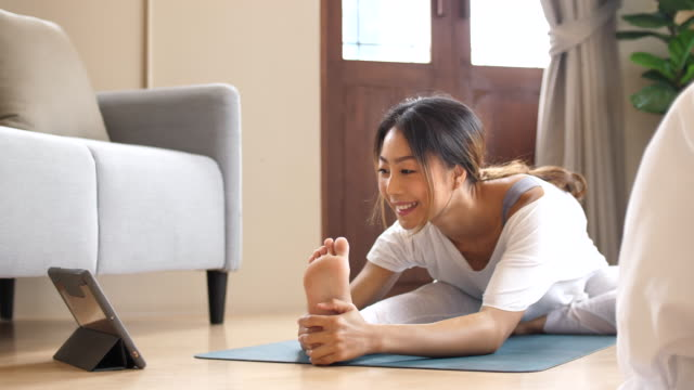 自宅で運動する一人のアジア人女性 - 人の背中点の映像素材/bロール