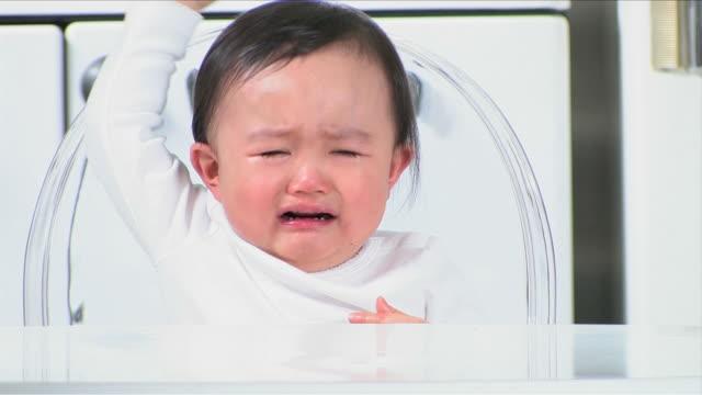 one baby is crying - 女の赤ちゃん点の映像素材/bロール