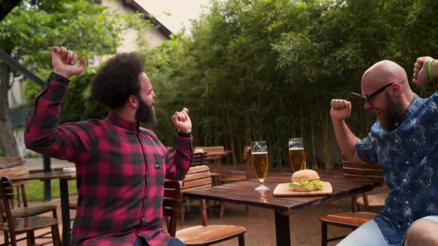 una birra e io già balliamo - happy hour video stock e b–roll