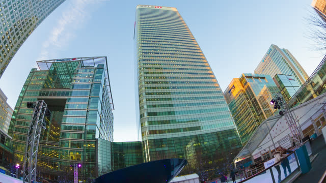 vídeos de stock e filmes b-roll de one canada sqaure tower aka canary wharf, hsbc and bank of america towers in london's docklands. - hsbc towers