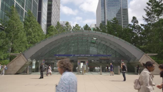 one canada square at canary wharf, docklands, london, england, united kingdom, europe - london docklands stock videos & royalty-free footage