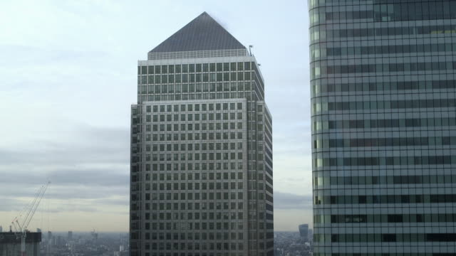 one canada square office building exterior, london - campo totale video stock e b–roll