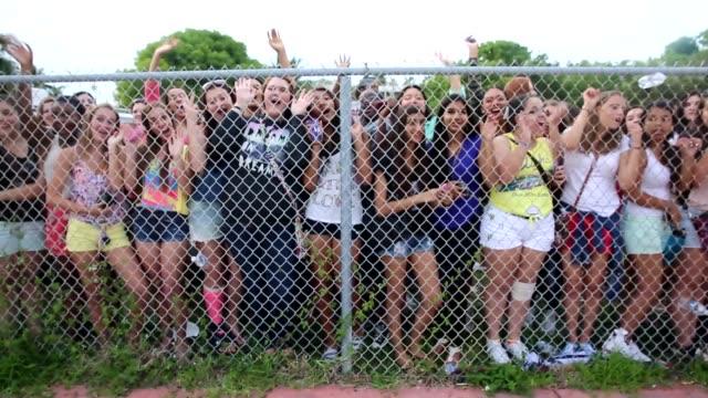 stockvideo's en b-roll-footage met one direction fans one direction fans photographer steven on june 12 2013 in miami florida - jongensband