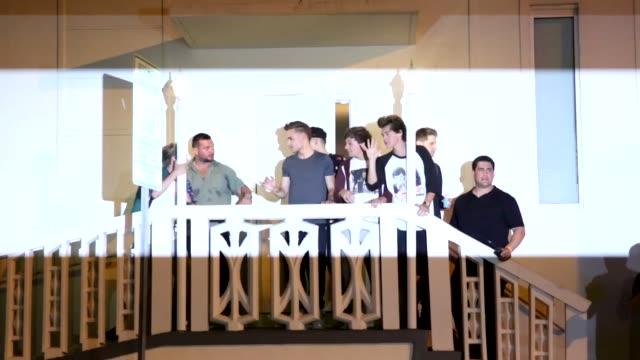 stockvideo's en b-roll-footage met one direction greets fans one direction greets fans photographer steven on june 12 2013 in miami florida - jongensband
