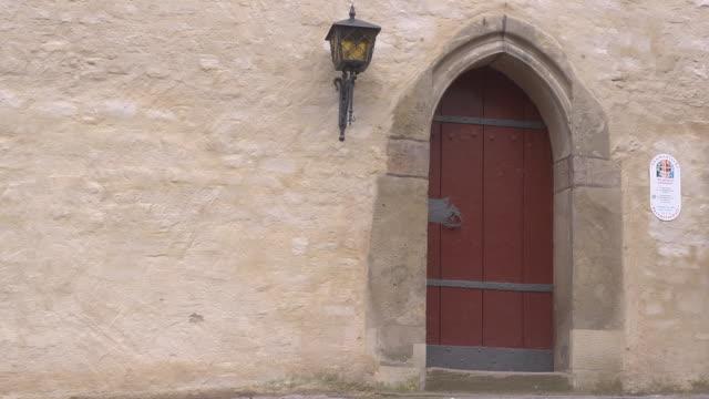 one door of the church st. george - 宗教的指導者 マルティン・ルター点の映像素材/bロール