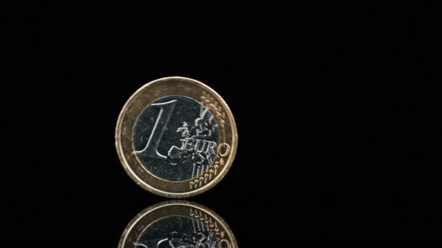slo mo ld ett euromynt rullande på svart yta - symbol bildbanksvideor och videomaterial från bakom kulisserna