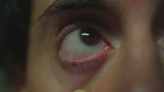 stockvideo's en b-roll-footage met hd montage: one eyeball - netvlies