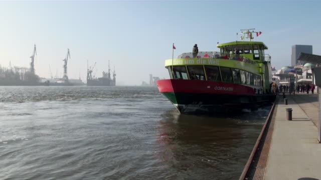 vídeos y material grabado en eventos de stock de ms one ferry boat leaving from dock / hamburg, hamburg, germany - embarcación de pasajeros