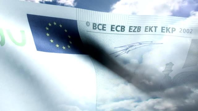 vídeos y material grabado en eventos de stock de bandera de 100 euro nota saludar con la mano - fundido en negro