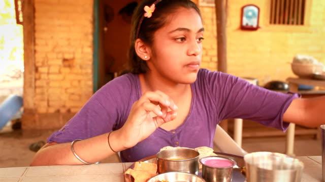 vidéos et rushes de une adolescente indienne jeune fille appréciant son konkani les repas - indien d'inde