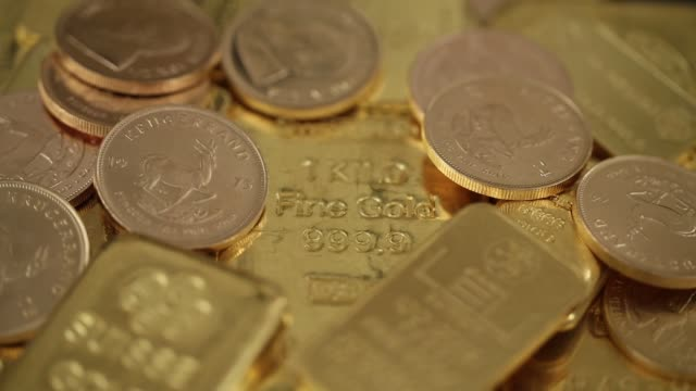 a one kilogram gold bar sits amongst other gold bars and gold coins in an arranged shot at gold investments ltd bullion dealers in london a 500 gram... - barren geld und finanzen stock-videos und b-roll-filmmaterial