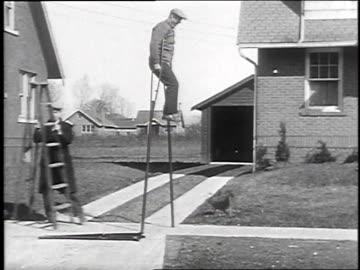 1930 ws one legged man using very tall crutches / galeseburg, illinois, usa - 1930 bildbanksvideor och videomaterial från bakom kulisserna