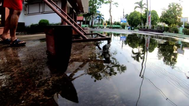 vídeos y material grabado en eventos de stock de un trabajador masculino está empujando el agua fuera del suelo. - planta del pie