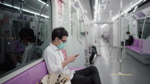 vídeos y material grabado en eventos de stock de un hombre evitando a la gente en el tren eléctrico - metro transporte