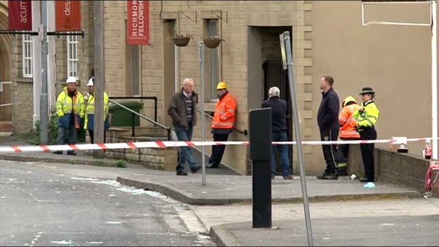 vídeos de stock, filmes e b-roll de one man killed in explosion at pie factory in huddersfield england west yorkshire huddersfield ext fire engine and fire officers in road police... - pie humano