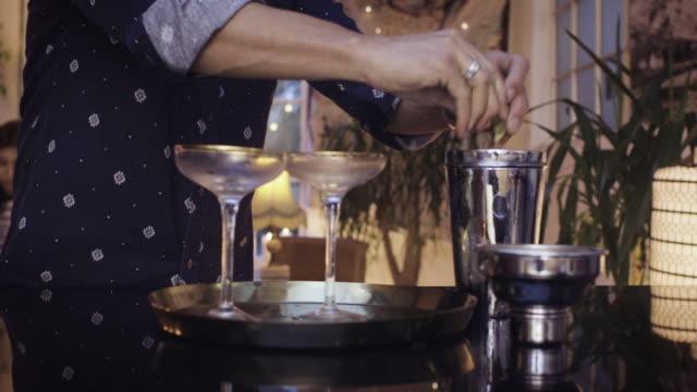vídeos de stock, filmes e b-roll de one man making cocktails for two girls at home - 30 39 years