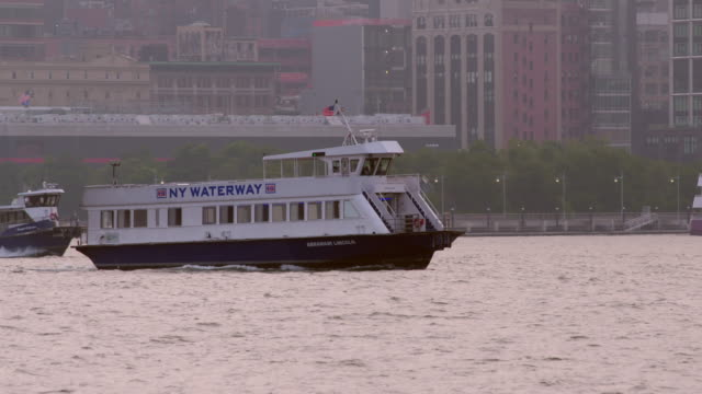 one new york waterway water taxi passes another along the hudson river. - 水上タクシー点の映像素材/bロール