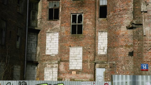 one of the few surviving buildings located in the former warsaw ghetto in walicow street on april 12, 2018 in warsaw, poland. poland will commemorate... - varsavia video stock e b–roll