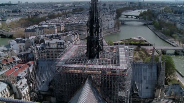 vídeos de stock e filmes b-roll de one of the final videos of the notre dame before it was partially destroyed by a fire in april 2019. 00:00 to 00:07 - ext gv scaffolding on roof of... - inferno fogo