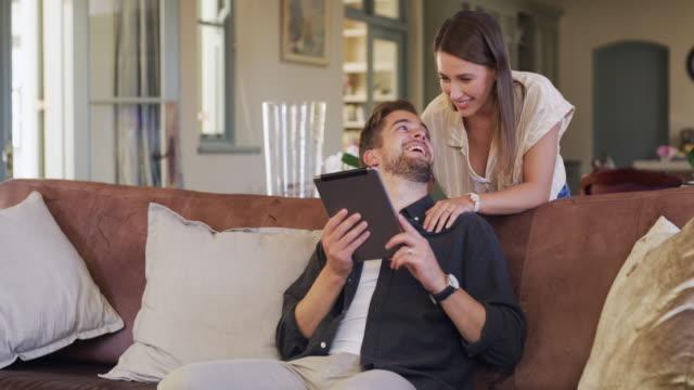 uno dei tanti modi in cui la tecnologia ci avvicina - young couple video stock e b–roll