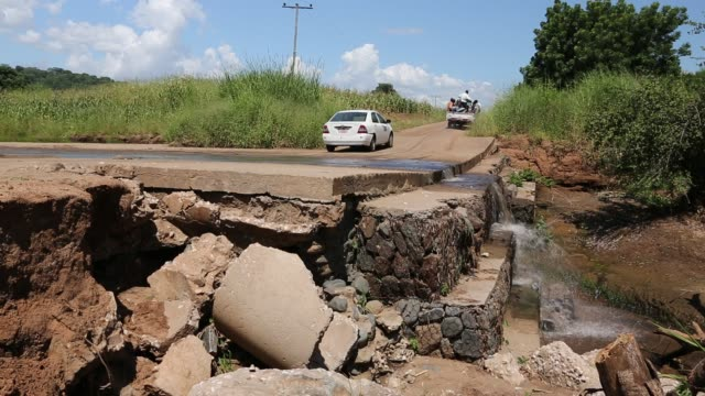 vídeos de stock, filmes e b-roll de one of the may bridges damaged or destroyed around chikwawa in the shire valley, malawi. - áfrica meridional