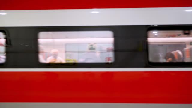 通勤の最も速い方法の一つ - 線路のポイント点の映像素材/bロール