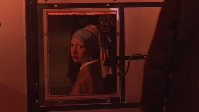 vídeos y material grabado en eventos de stock de one of the world's most famous paintings girl with a pearl earring is to undergo a two week scientific examination in front of curious visitors to... - pendiente de perlas