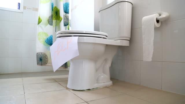 vidéos et rushes de un seul peuple aller dans les toilettes - incontinence