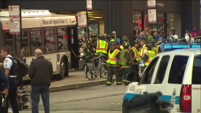 vidéos et rushes de wgn one person died and eight people were injured in an accident that involved an extended cta bus and five vehicles in the 200 block of n michigan... - métro de chicago