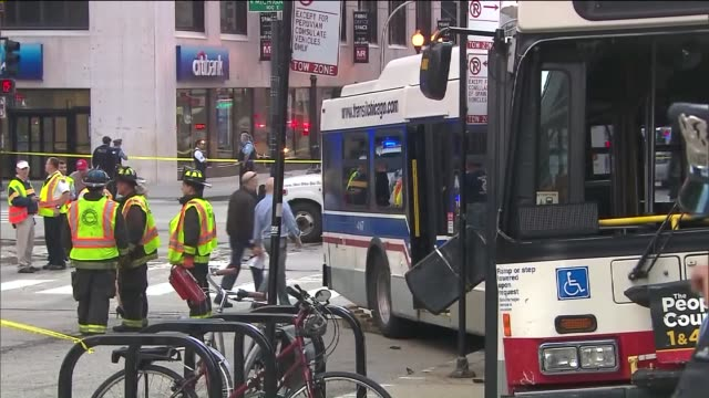 vídeos y material grabado en eventos de stock de wgn one person died and eight people were injured in an accident that involved an extended cta bus and five vehicles in the 200 block of n michigan... - metro de chicago