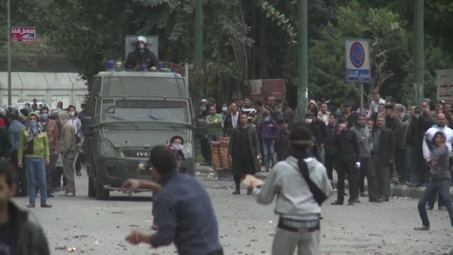 vídeos de stock, filmes e b-roll de one person was killed in cairo monday as clashes between police and protesters raged into a fifth day and president mohamed morsi scrambled to... - ovo mexido