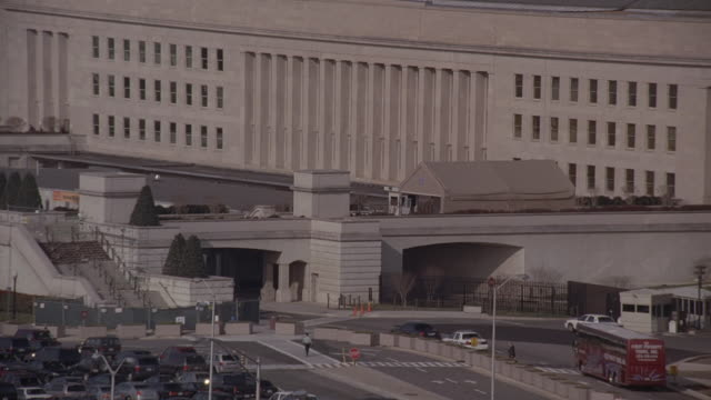 ha one side of the pentagon, with traffic on freeway beneath the overpass / arlington, virginia, united states - ministero della difesa video stock e b–roll