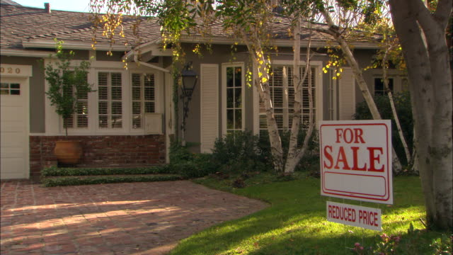 stockvideo's en b-roll-footage met ms, one story house with  for sale sign, los angeles, california, usa - onroerend goed